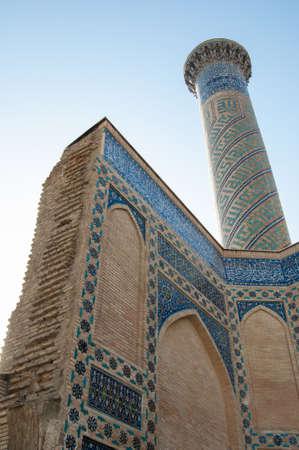 중앙 아시아 고 대 아치의 근접 촬영보기 아래에서. 중앙 아시아의 고대 건축 스톡 콘텐츠