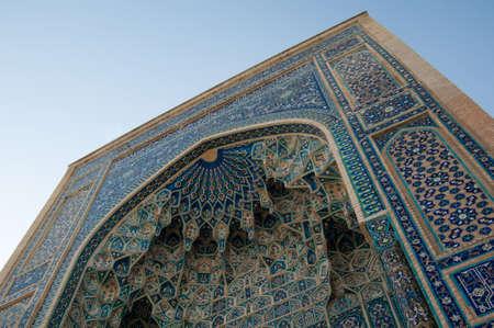 중세 아치의 근접 촬영보기 아래에서. 중앙 아시아의 고대 건축