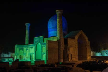 밤 시간에 아미르 티무르 (통치자와 정복자)의 영묘. 중앙 아시아의 고대 건축 에디토리얼