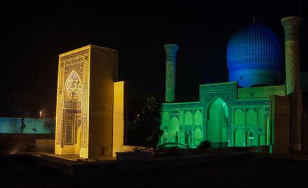 밤 시간에 구르 - 에미 르의 단지. 중앙 아시아의 고대 건축 스톡 콘텐츠
