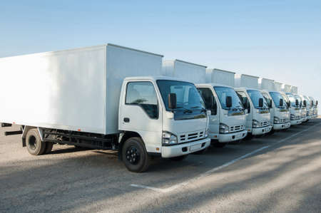 Primer plano de camiones alineados. camiones de estacionamiento. lugar para el texto Foto de archivo - 89926819