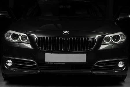 Tashkent, Uzbekistan - 26 de agosto de 2014: a parte dianteira da cor preta de BMW do tipo do carro. Fechar-se. Editorial