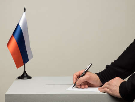 Ballot box with national flag of Russia. Presidential election in 2018. hand throwing a ballot Banque d'images