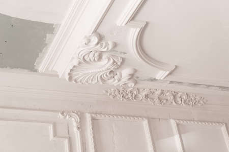 unfinished plaster molding on the ceiling. decorative gypsum finish. plasterboard and painting works Foto de archivo