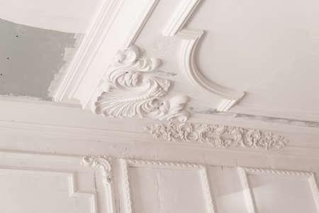 unfertiges Gipsformteil an der Decke. dekoratives Gipsfinish. Gipskartonplatten und Malerarbeiten Standard-Bild