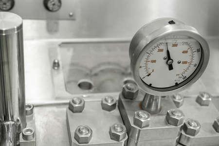 Messfühler und Rohrleitungen im Werk. Ausrüstung in der Molkerei Standard-Bild