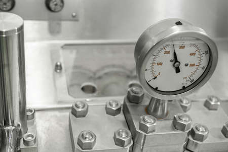 sensori di misura e tubi in fabbrica. attrezzature presso lo stabilimento lattiero-caseario Archivio Fotografico