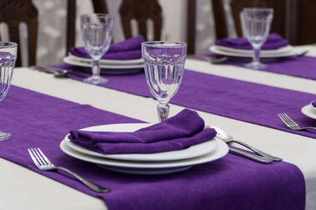 Sirviendo mesa de banquete en un lujoso restaurante en estilo morado y blanco. Foto de archivo