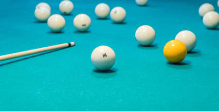 Green billiard table with white balls and cue Foto de archivo - 138084532