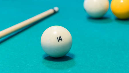 Green billiard table with white balls and cue. Closeup Foto de archivo - 138084982