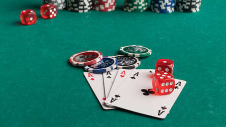 Poker chips, cards and dice on a green background. The concept of gambling and entertainment. Casino and poker Foto de archivo - 138286751