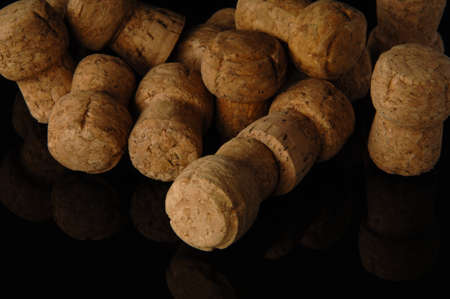 Heap of old wine corks on black background with reflection Stockfoto