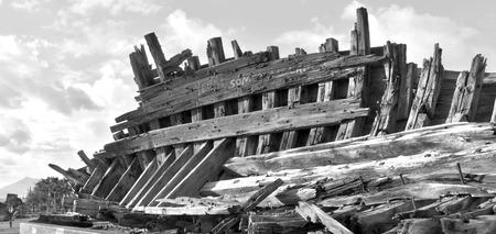 ロス ・ クリスティーナノス、ランサローテ島、スペインの公園で休んで木造の難破船