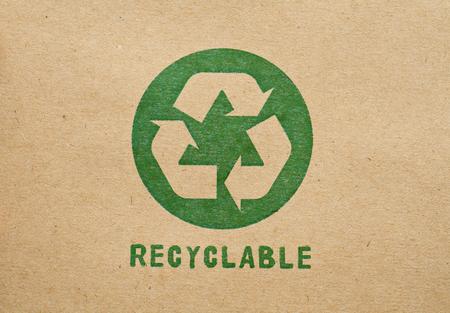 reciclaje papel: El verde recicla s�mbolo sobre cart�n