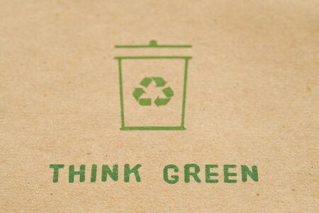 garbage bin: Se�al Compartimiento de basura sobre cart�n