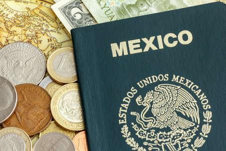passeport: Passeport de l'Mexicanos Estados Unidos �tats-Unis mexicains, avec la monnaie du monde sur une carte de l'Am�rique