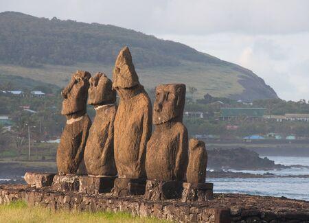 rapa nui: Moais en Tahai, Isla de Pascua (Chile)