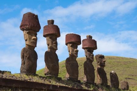 rapa nui: Moais cerca de la playa de Anakena, Isla de Pascua (Chile)