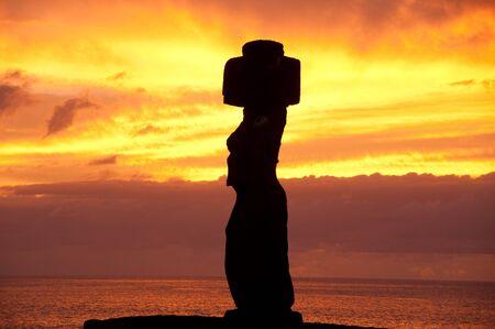 rapa nui: Puesta de sol con un moai en la isla de Tahai, la Pascua (Chile)