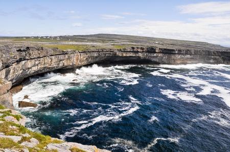 aran islands: Acantilados cerca de Dun Aengus, Inishmore, Aran islas en Irlanda