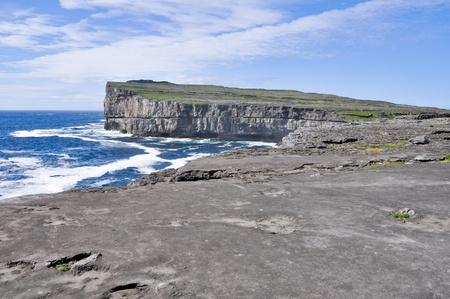 aran islands: Acantilados en Inishmore, islas Aran en Irlanda
