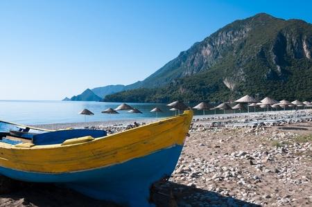 fischerboot: Fischerboot am Strand Cirali, T�rkische Riviera