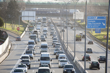 File in de spits op de A2 snelweg, Madrid-Barcelona Redactioneel