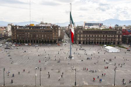bandera de mexico: Ver Plaza de la Constitución de la Catedral Metropolitana Editorial