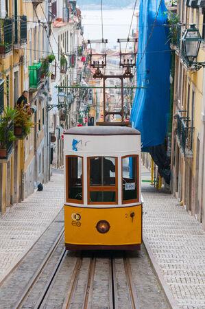 elevador: Famous Bica funicular  Elevador da Bica  on October 26, 2013 in Lisbon, Portugal