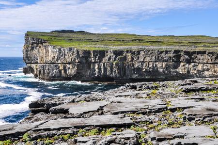 aran islands: Acantilados de Inishmore en Irlanda