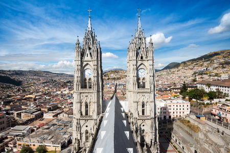 Campanarios gemelos de la Basílica del Voto Naciona en Quito, Ecuador