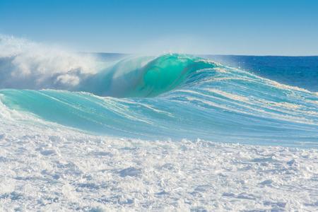 türkis: Wellen brechen am Ufer des Madeira