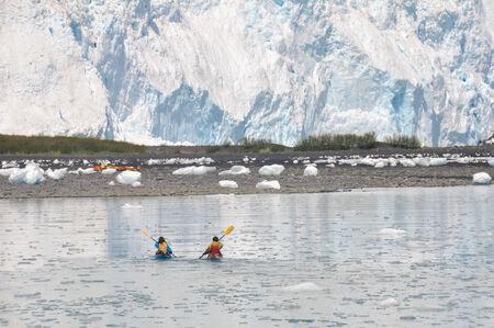 ocean kayak: kayakistas en frente de Aialik glaciar, los fiordos de Kenai, Alaska Foto de archivo