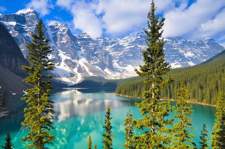 モレーン湖、ロッキー山脈カナダ 写真素材