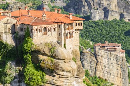 monasteri: monasteri di Meteora, il monastero di Santo Varlaam in primo piano, la Grecia
