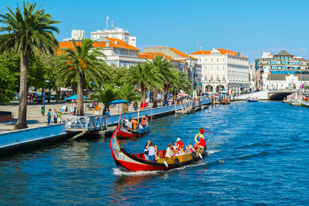 Moliceiro boats sail along the central canal  on August 21, 2015 in Aveiro, Portugal Imagens - 44270999
