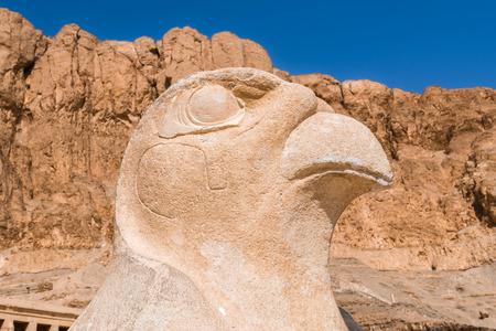 horus: Una estatua de Horus, templo de la reina Hatshepsut, Necrópolis de Tebas, Egipto