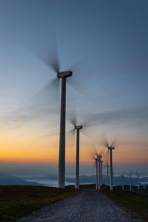 Windkraftanlagen bewirtschaften im Morgengrauen, Berg Oiz, Baskenland, Spanien