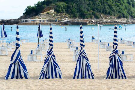 Blue and white umbrellas of Ondarreta beach, San Sebastian, Spain 版權商用圖片
