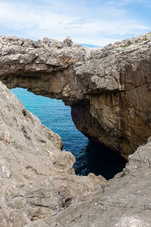 Arch of Salto del Caballo, Buelna in Asturias, Spain 版權商用圖片