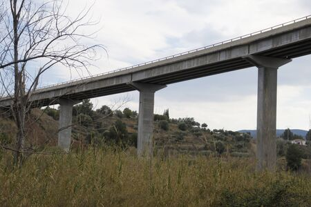 Bridge of cars that crossed half the mountains Banque d'images