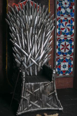 trono: trono hecho de espadas en una feria medieval Foto de archivo