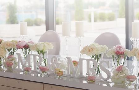 Sr. y señora de la boda decoración de las mesas Foto de archivo - 45156090