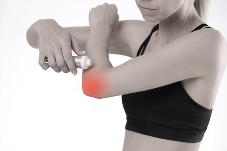 Femme souffrant de douleur au coude appliquant la crème de soulagement de la douleur