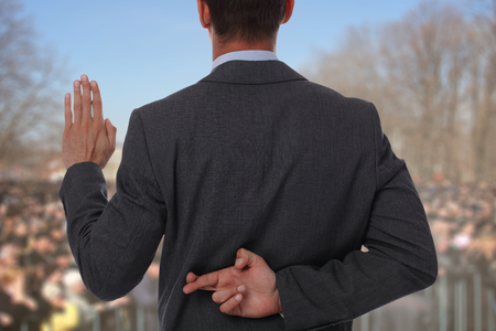 Politicus leugenaar geeft mensen onmogelijke beloften met de vingers gekruist op zijn rug. Stockfoto