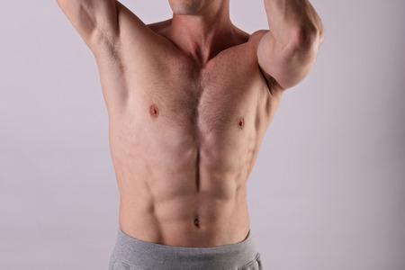 매력적인 근육질의 남성 몸, 몸통, 가슴. 건강 한 shirtless 남자 선수를 닫습니다. 스포츠, 피트 니스 또는 남성 왁싱 개념입니다.