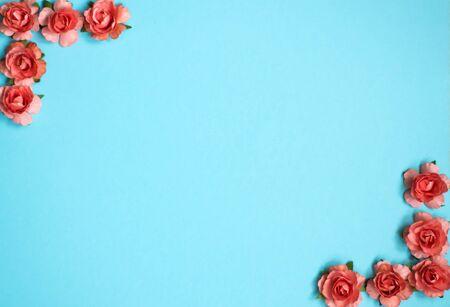 艺术春天背景。桃红色玫瑰顶视图在蓝色背景的。复制文本的空间。母亲节,妇女节3月8日。