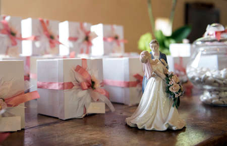 Wedding gifts and newlyweds little statue Archivio Fotografico