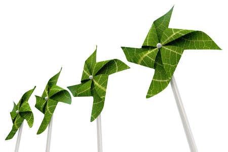 sustentabilidad: Un molino de viento verde hecho de hojas aisladas sobre un fondo blanco
