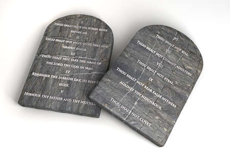 Due tavole di pietra con i dieci comandamenti scritto su di loro su uno sfondo isolato